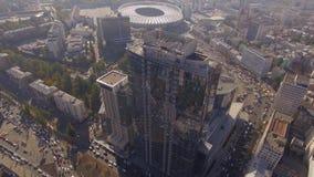 Отражение города на окнах небоскреба акции видеоматериалы