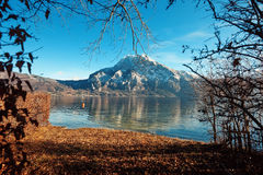 Отражение горы в воде с небом стоковое фото rf