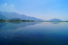 Отражение горы озера Dal, Кашмир Стоковая Фотография RF