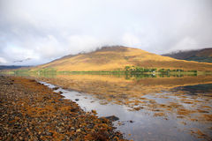отражение горы озера sottish стоковое изображение