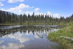 отражение горы 452 озер стоковые фото