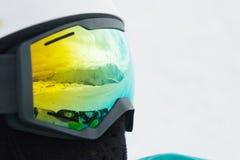 Отражение гор в маске snowboarder женщины Стоковое фото RF