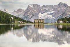 Отражение гор доломитов в озере Misurina стоковое изображение