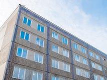 Отражение голубого неба в Windows серого здания Стоковые Изображения RF