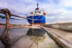 Отражение грузового корабля на поле стоковое изображение