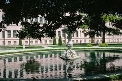 Отражение дворца в фонтане парка Стамбул, Турция стоковое фото rf