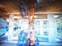 Отражение девушки на воде Стоковые Изображения RF