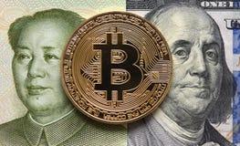 отражение дег дома имущества принципиальной схемы реальное Китайские юани, Bitcoin и 100 долларов Стоковые Фотографии RF