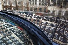 Отражение европейских зданий в клобуке автомобиля в дне Стоковые Изображения RF