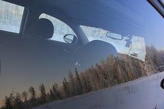 Отражение леса Snowy в стекле автомобиля Стоковое фото RF