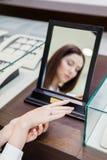 Отражение женщины пробуя на кольце Стоковая Фотография
