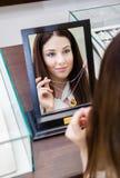 Отражение женщины пробуя на ожерелье Стоковое Изображение RF