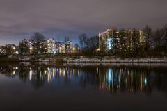 Отражение жилых домов высотного здания в озере 1 Стоковое Фото