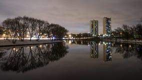 Отражение жилых домов высотного здания в озере 3 Стоковые Изображения