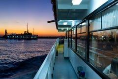 Отражение захода солнца в окнах пассажирского парома Стоковые Изображения RF