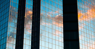 Отражение захода солнца на здании highrise Стоковое Изображение
