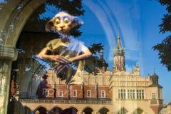 Отражение залы ¡ Ð loth и собор St Mary в окне Полонии вощиют музей на главным образом рыночной площади Стоковые Фотографии RF