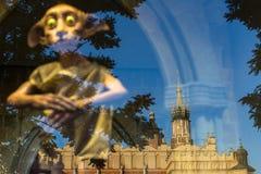 Отражение залы ¡ Ð loth и собор St Mary в окне Полонии вощиют музей на главным образом рыночной площади Стоковое Изображение