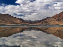 Отражение зеркала гор в воде озера, непрерывная пасмурность на голубом небе, Гималаи, Тибет Стоковое фото RF