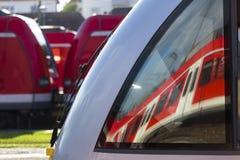 Отражение зеркала пассажирского поезда Стоковое Фото