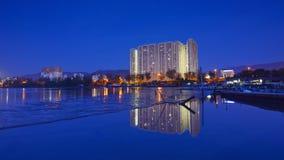 Отражение зеркала квартиры во время голубого часа Стоковая Фотография RF