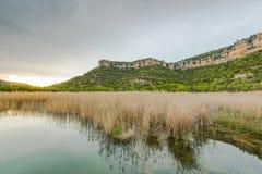 Отражение зеркала холмов в озере Стоковые Фото