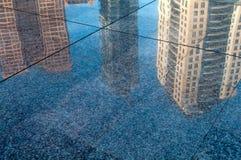 Отражение зданий в улице Стоковое Фото