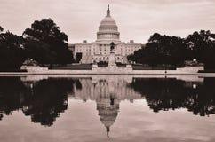 Отражение здания и зеркала капитолия США в sepia, DC Вашингтона, США Стоковые Изображения