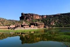 Отражение индусского виска в воде озера стоковое фото rf