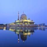 Отражение мечети Putra во время голубого часа Стоковое Фото