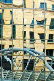 Отражение моста в стеклянном фронте организации бизнеса Стоковое фото RF