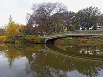 Отражение моста смычка падения осени в Central Park Стоковое Фото