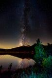 Отражение млечного пути в ландшафте Колорадо озера лили стоковые фотографии rf