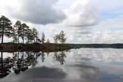 Отражение неба в озере Стоковое Изображение