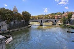 Отражение неба в реке Тибра в Риме, Италии Стоковая Фотография RF