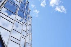 Отражение неба в стеклянном фасаде здания стоковые фотографии rf