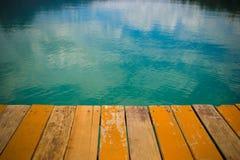 Отражение неба лето пристани озера вечера Стоковые Изображения RF