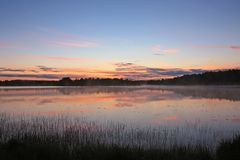 Отражение неба захода солнца на озере Стоковое Изображение