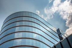 Отражение неба и смогло на современном коммерчески здании Стоковое Фото