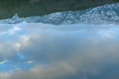 Отражение неба, леса и гор в озере в зиме стоковое изображение rf
