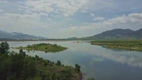 Отражение неба озера взгляда трутня большое против холмистых джунглей