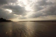 Отражение неба раннего утра на пляже моря стоковое фото rf