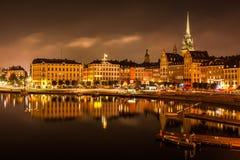 Отражение ночи Стокгольма в море Стоковая Фотография