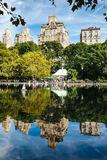 Отражение Нью-Йорка в озере Стоковое Фото
