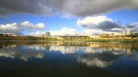 Отражение облака в озере сток-видео