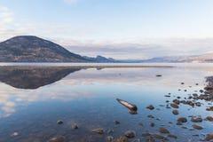 Отражение облаков и гор на озере Okanagan в зиме стоковые фото