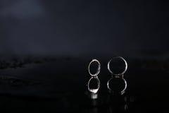 Отражение обручальных колец в зеркале Стоковые Фотографии RF