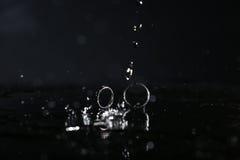 Отражение обручальных колец в зеркале Стоковая Фотография