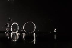 Отражение обручальных колец в зеркале Стоковые Фото