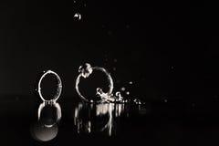 Отражение обручальных колец в зеркале Стоковое Фото